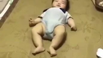 Bebê Rastejando De Costas Para Alcançar Algo Hahaha, Confira!