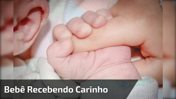 Bebê Recebendo Carinho Da Mãe, Uma Linda Cena Para Compartilhar!