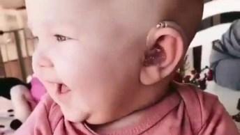 Bebê Recebendo Seu Aparelho Auditivo Logo Pela Manhã Para Escutar Um Bom Dia!