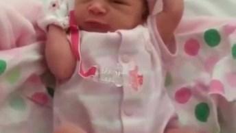 Bebê Recém Nascida Espreguiçando, É Maravilhoso Olhar Para Um Bebê!