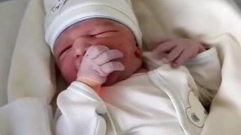Bebê Recém Nascido Com Mão Na Boquinha, Que Gostosura De Bebê!