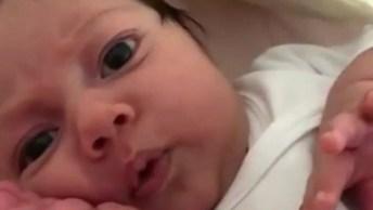 Bebê Recém Nascido Com Soninho Dando Um Lindo Sorriso, Que Fofura!