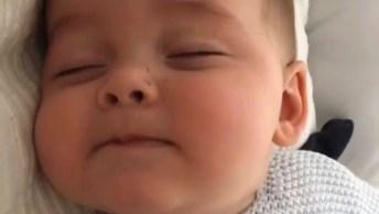 Bebê Reclamando Com Os Olhinhos Fechados, Olha Só Que Coisinha Mais Fofinha!