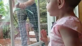 Bebê Se Assusta Com Papai Jogando Água No Vidro, Olha Só Que Susto!