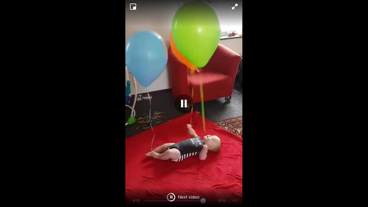 Bebê se divertindo com balões de gaz hélio