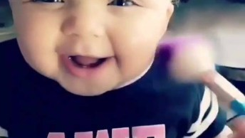 Bebê Se Divertindo Com Pincel De Maquiagem Passando No Rosto!
