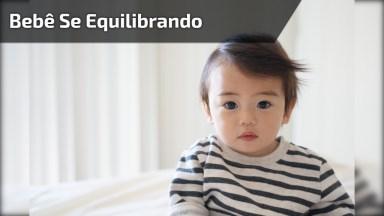 Bebê Se Equilibrando Apenas Com As Mãos E Com A Força Dos Bracinhos!