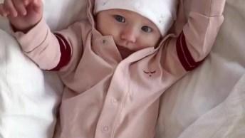 Bebê Se Espreguiçando E Chegando Para Alegrar O Seu Dia, Bom Dia!