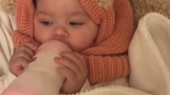 Bebê Segurando Sua Mamadeira Com As Duas Mãozinhas, Que Fofura!
