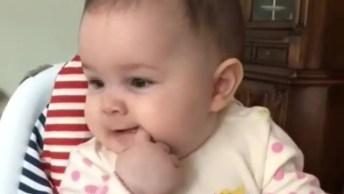 Bebê Sentadinho Em Cadeirinha De Alimentação, É Muita Fofura!