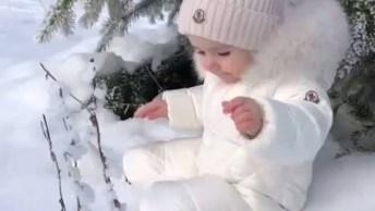Bebê Sentado Na Neve, Com Essa Roupinha Branca Parece Um Floquinho!