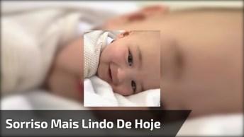 Bebê Sorrindo E Levantando A Cabeça Da Cama, Esta Faze É Muito Fofa!
