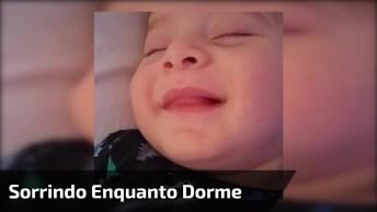 Bebê Sorrindo Enquanto Dorme, Que Coisa Mais Linda E Abençoada!
