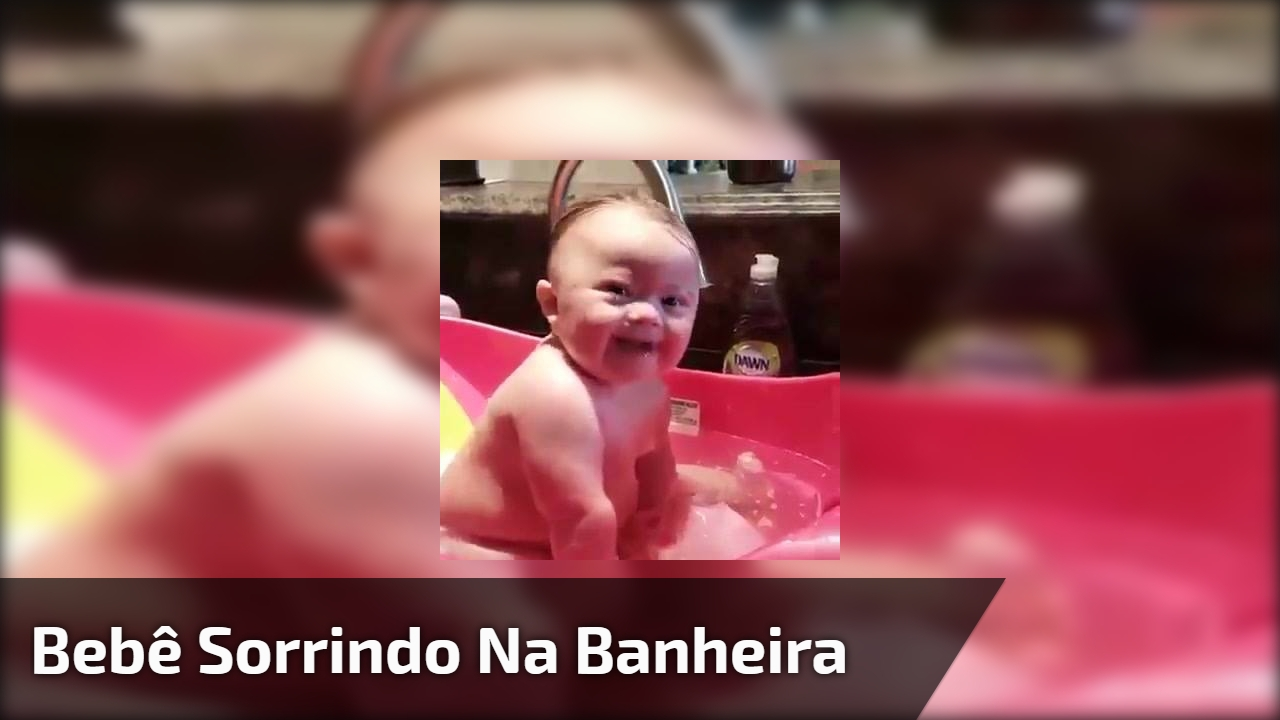 Bebê sorrindo na banheira