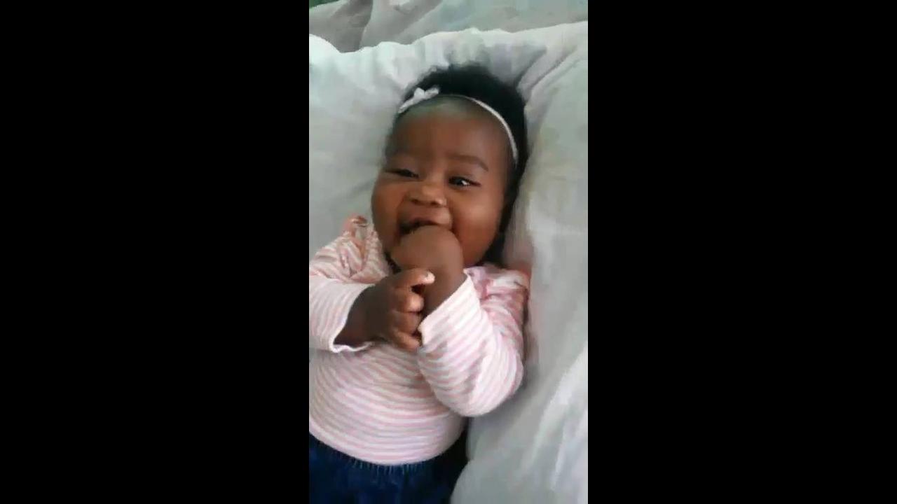 Bebê sorrindo para mamãe, olha só que sorriso mais lindo, fofinha!!!