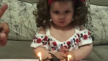 Bebê Tentando Apagar As Velinhas, Que Fofinha, Confira!