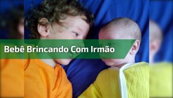 Bebê Tentando Mamar No Nariz Do Irmão, Coitadinho, Devia Estar Com Fome!