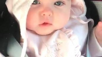 Bebê Tentando Soltar As Primeiras Palavras, Que Linda Ela É!