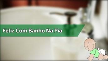 Bebê Tomando Banho Na Pia, Veja Quanta Diversão Para Um Bebê!