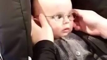 Bebês Enxergando Com Ajuda Do Óculos Pela Primeira Vez, É Emocionante!