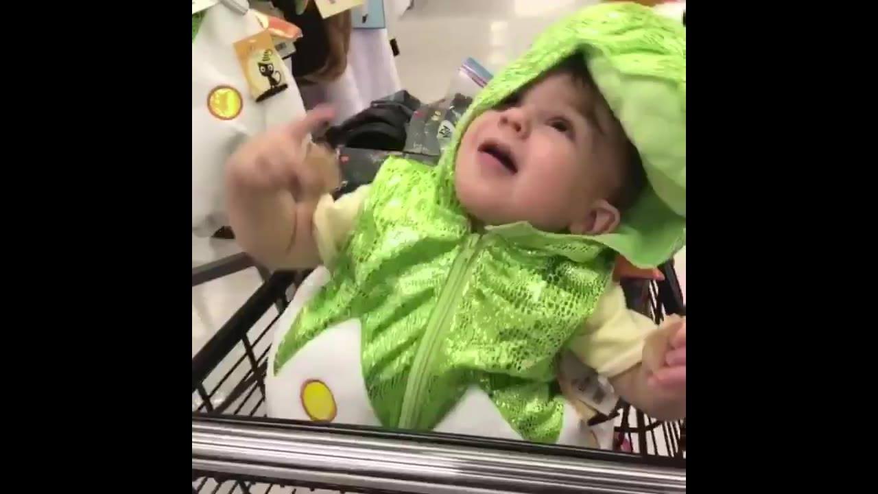 Bebês fazendo coisas engraçadas