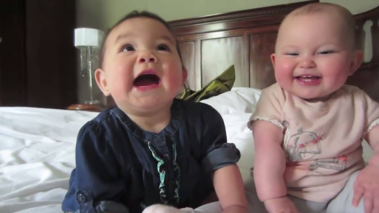 Bebês fofos fazendo coisas fofas