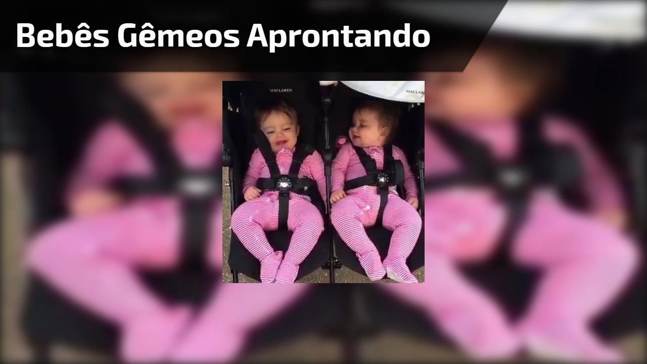 Bebês gêmeos aprontando todas, que coisa fofa em dose dupla!