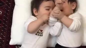 Bebês Gêmeos Brincando De Fazer Barulhinhos Com A Boca, Veja Que Lindinhos!