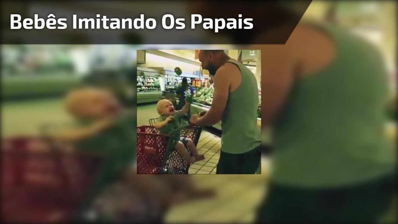 Bebês imitando os papais