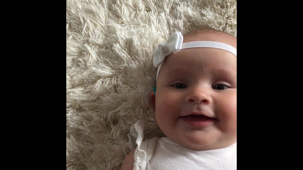 Bebês ouvindo a voz da mãe pela primeira vez