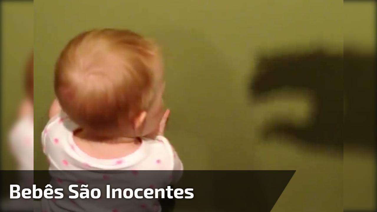 Bebês são inocentes demais, kkk! Veja só que susto este bebê levou!!!