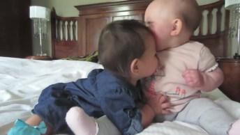 Bebês Se Conhecendo, Que Risadinhas Mais Gostosas, Que Fofura!
