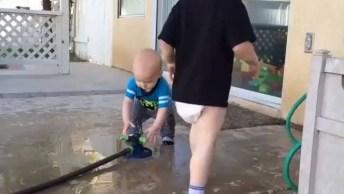 Bebês Se Divertindo Com Irmãos Mais Velhos, Muito Divertidos!