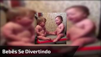 Bebês Se Divertindo Em Plataforma Vibratória, Olha Só As Risadinhas, Hahaha!
