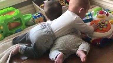 Bebês Tentando Brincar Com Os Brinquedos, O De Baixo Ralou Mais Hahaha!