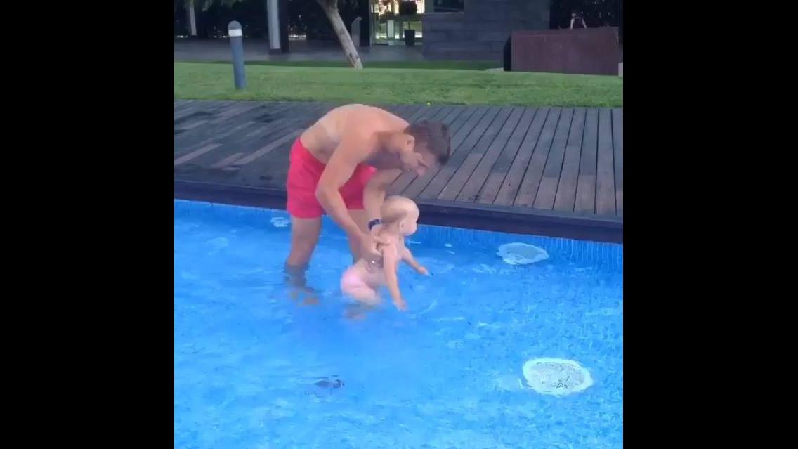 Bebêzinha aprendendo a nadar com papai
