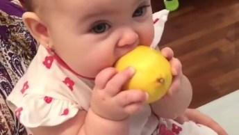 Bebezinha Chupando Limão, Olha A Careta Que Ela Faz, Muito Fofa!