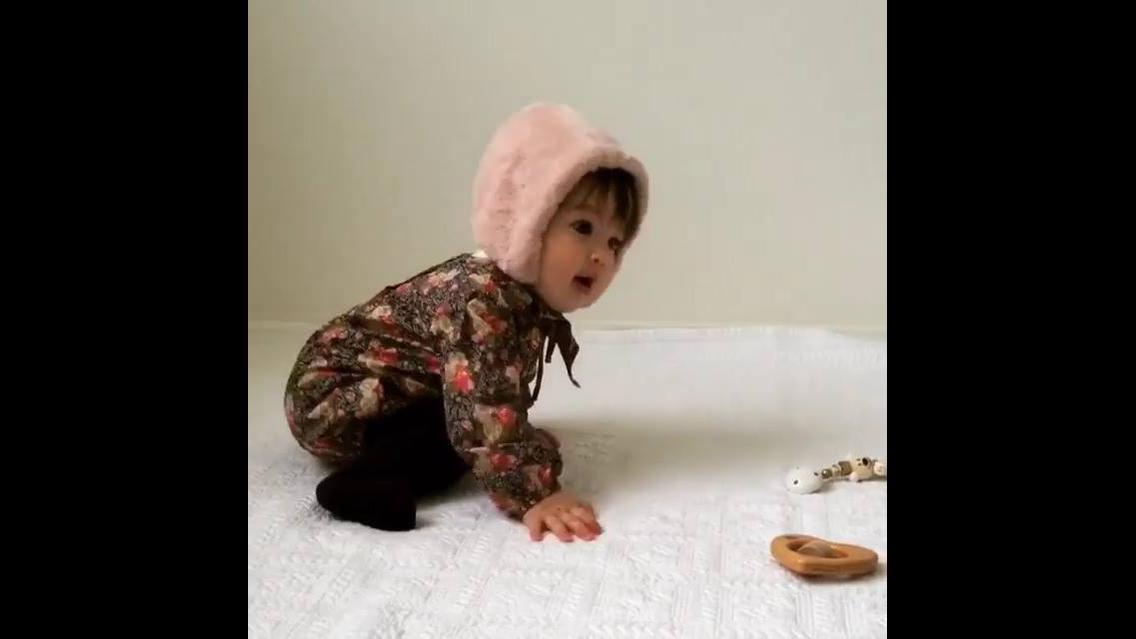 Bebezinha linda brincando com a mamãe