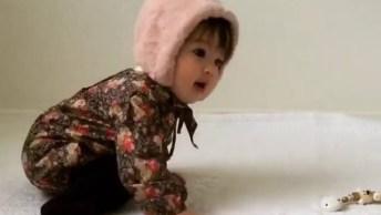 Bebezinha Linda Brincando Com A Mamãe, Olha Só Que Fofinha!