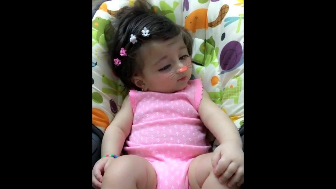 Bebezinha linda com efeito da câmera , olha só que fofura!!!
