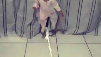 Brincando De Fazer Mágica Com O Bebê Hahaha, Que Fofura!