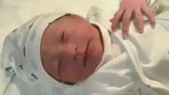 Carimbando O Pezinho Do Bebê Recém Nascido, Uma Fofura De Cena!