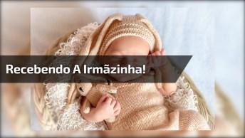 Casal De Irmãos Recebendo A Nova Irmãzinha Em Casa, Que Cena Linda!