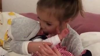 Criança Com Bebê No Colo, É Muito Amor Envolvido, Confira!