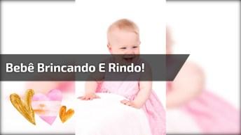 Delícia De Bebê Brincando E Dando Muitas Risadas E Compartilhar!