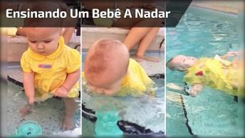Ensinando Um Bebê A Nadar, Dá Um Pouco De Medo, Mas O Bebê Se Sai Bem!