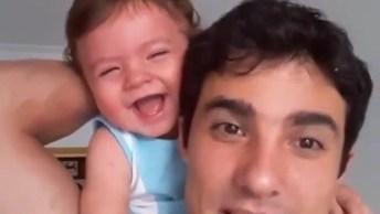 Esse Vídeo É Demais! Este Bebê Leva 'Bronca' Do Pai E Cai Na Risada!
