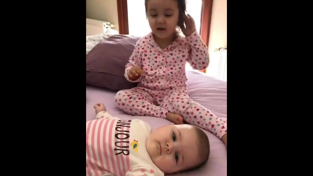 Garotinha cuidando da irmãzinha