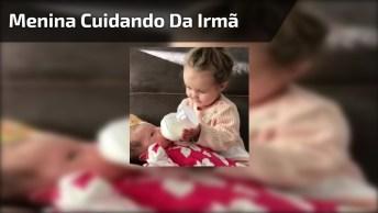 Garotinha Dando De Mamadeira Para Irmãzinha, Quanto Amor Neste Vídeo!