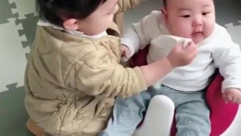 Garotinha Tentando Limpar Nariz De Seu Irmãozinho, Olha Só Que Fofa!